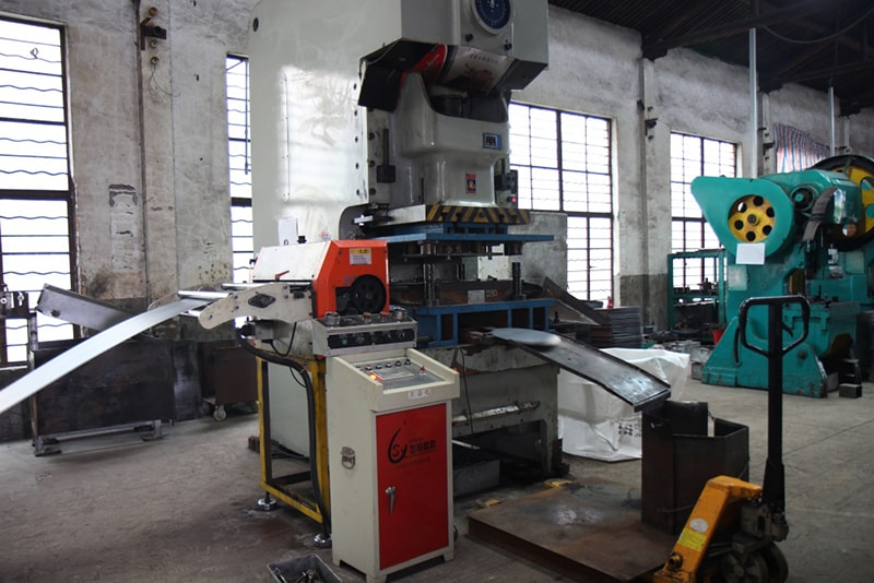 Automatic steel plate cutting machine